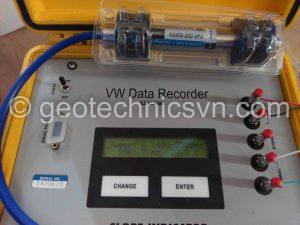 Kiểm tra thiết bị đo áp lực nước Piezometer bằng máy Data Recorder