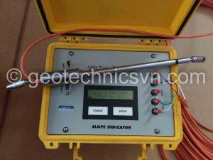 Kiểm tra thiết bị đo biến dạng khớp nối bê tông VW Crackmeter bằng máy đọc Data Recorder