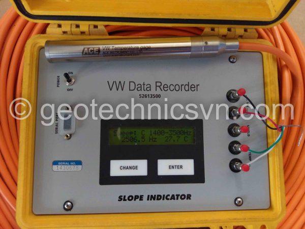Kiểm tra thiết bị đo nhiệt độ bê tông Temperature Gage bằng máy đọc Data Recorder