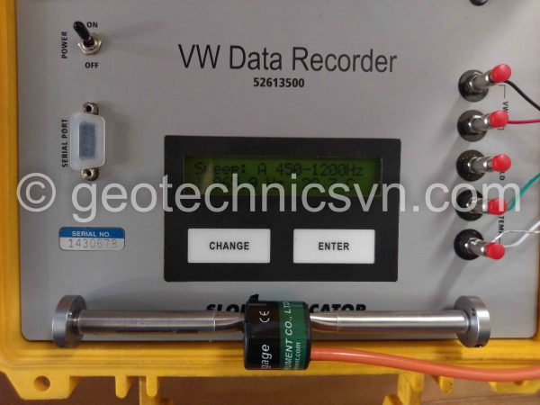Kiểm tra thiết bị đo ứng suất bê tông Embedment Strain Gage bằng máy đọc Data Recorder