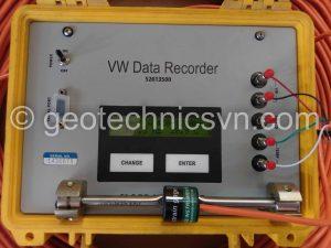 Kiểm tra thiết bị đo ứng suất cốt thép Arc Weldable Strain Gage bằng máy đọc Data Recorder