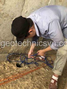 Lắp đặt thiết bị đo áp lực thấm Piezometer trong lỗ khoan